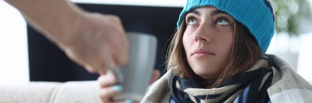 Больная женщина пьет чай