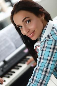 Брюнетка играет на пианино