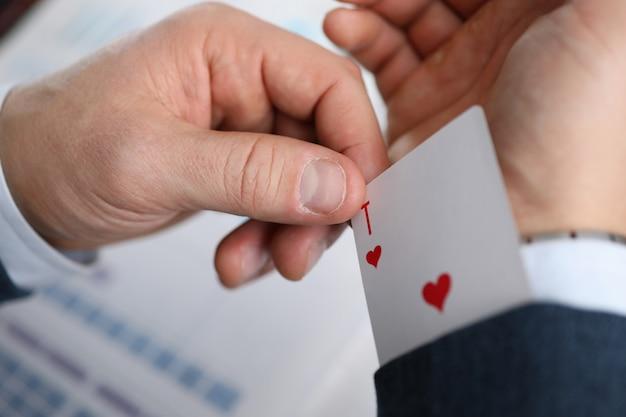 男性ビジネスマン手保持トランプカードを手に