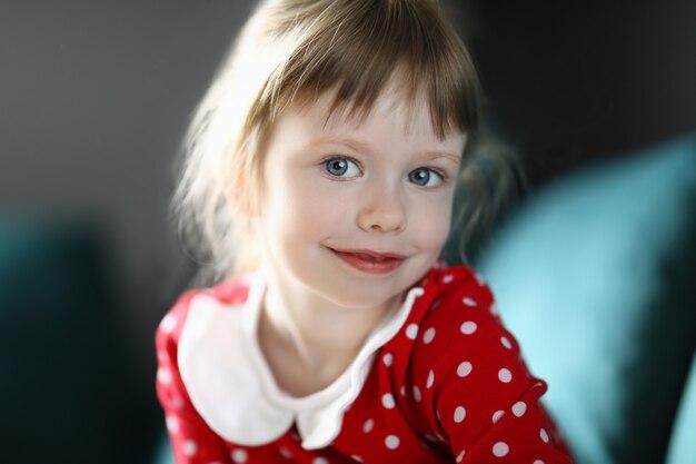 Счастливый ребенок девочка портрет против дома