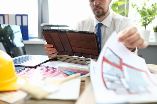 Сконцентрированный человек в офисе