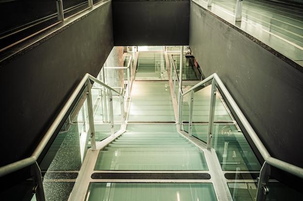 Современная лестница вниз в перспективе