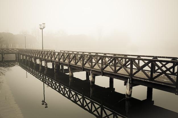 冬と霧の湖のシーン