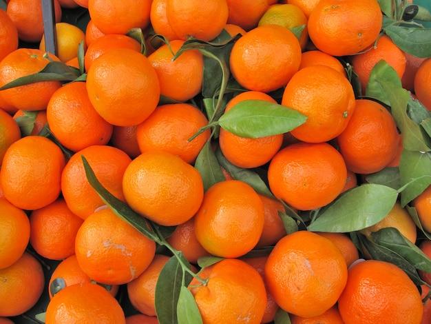 フランスの市場でクレメンタインオレンジ