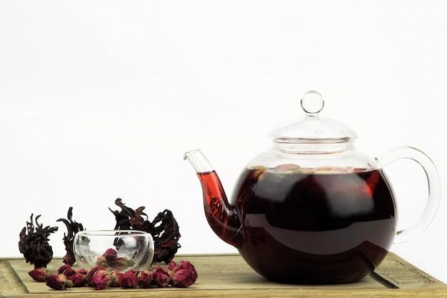 Чайник и чашка чая на белом фоне