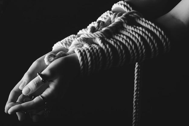 Женские руки кинбаку шибари, связанные веревкой