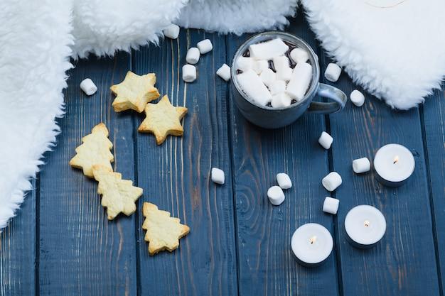 Рождество какао с маршмеллоу и печенье на деревянном фоне