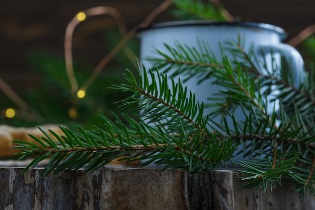 Рождественское печенье и глинтвейн на деревянном фоне