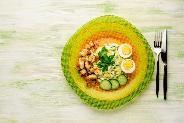 Салат с яйцами и солеными огурцами