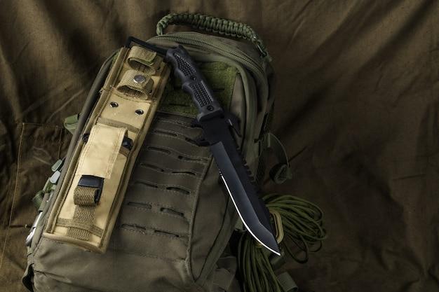 Тактический боевой нож на рюкзаке