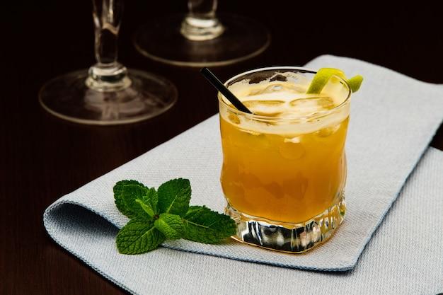 Алкогольный напиток в баре