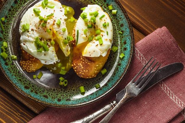Вареные яйца на багете с зеленью