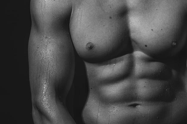 濡れた肌を持つ選手裸の胴体