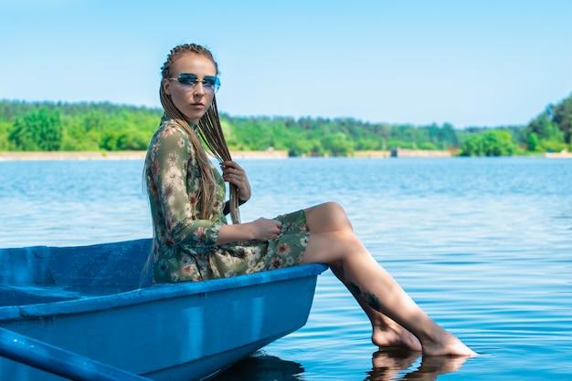 川でのボートの若い女性