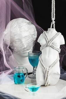 青い飲み物と像