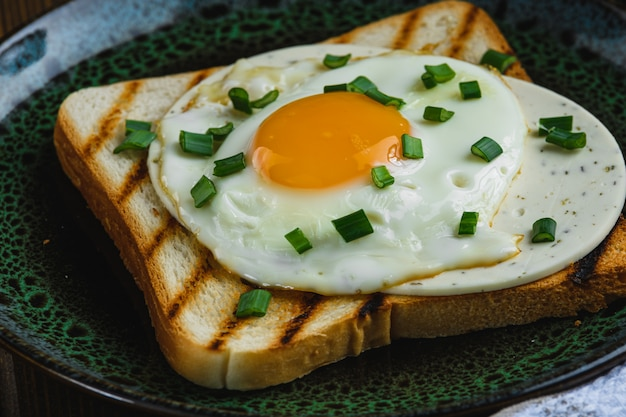 トーストに目玉焼きをクローズアップ