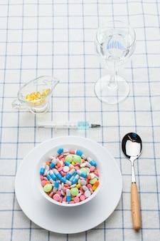 テーブルの上の薬と薬のプレート