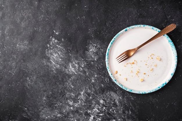 Пустая грязная тарелка и крошки. вид сверху