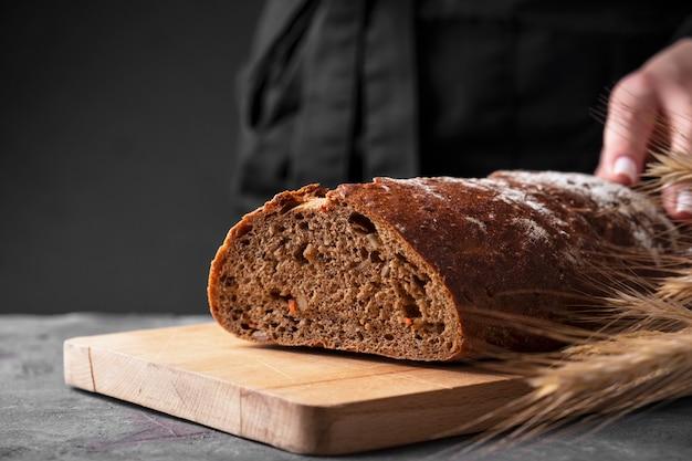 木製のまな板で焼きたてのニンジンのパン。テキスト用のスペース