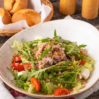 Мясной салат с рукколой, перепелиными яйцами, помидорами и грецкими орехами.