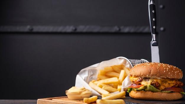 Вкусный куриный бургер и картофель фри.