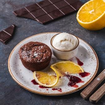 Шоколадный фондан с мороженым. вкусный теплый шоколадный десерт на тарелку.