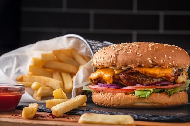 Вкусный куриный бургер, картофель фри и кетчуп. быстрое питание