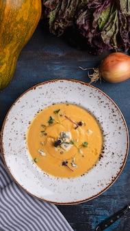 Вкусный суп из тыквы с голубым сыром. вид сверху