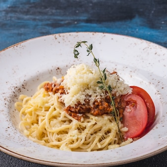 Спагетти красный соус. спагетти болоньезе в тарелке