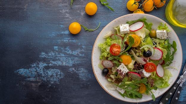 野菜サラダレタス、ルッコラ、チーズ。健康的なダイエット食品。上面図。