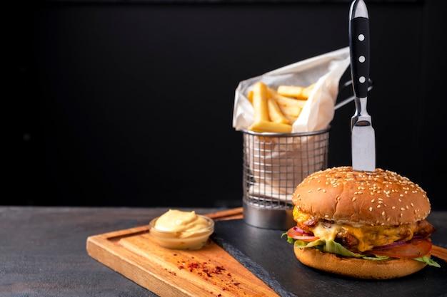 Куриный бургер, картофель фри и соус.