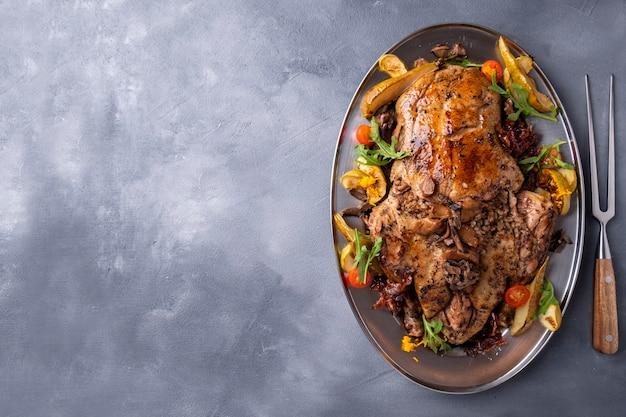 Запеченная утка с начинкой из гречки и грибов. , вид сверху.