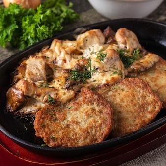 ポテトは、肉とサワークリームをパンケーキします。マカンカ。