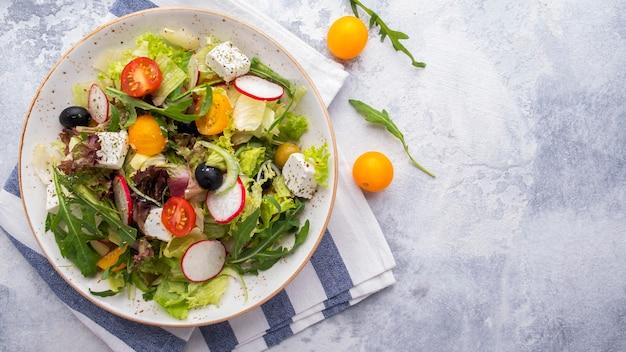 ダイエットサラダ新鮮な野菜、レタス、ルッコラ、チーズ。 。上面図。