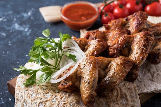 Барбекю куриные крылышки с красным соусом