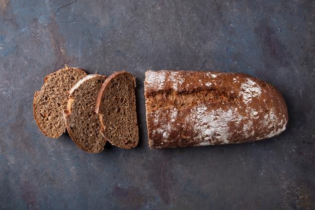 暗い表面にスライスしたパンの平面図。