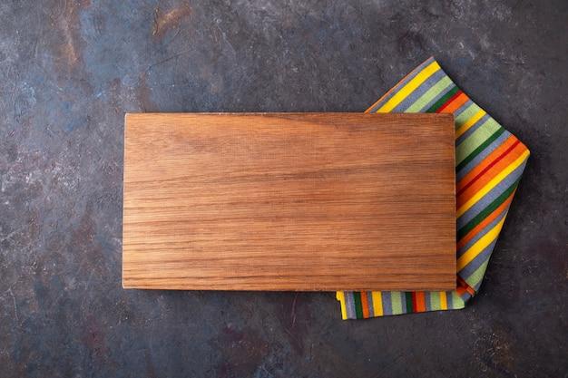 暗い表面に木の板ナプキンの平面図。