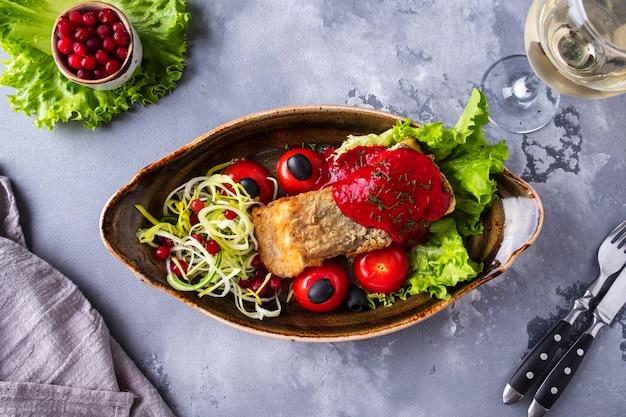 焼きチョウザメのトマトとクランベリーソース。上面図。