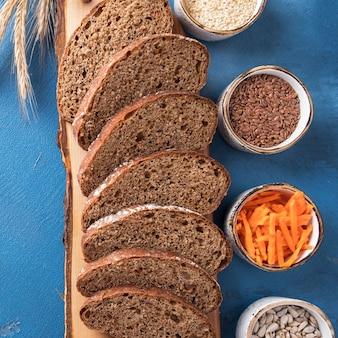 Морковный хлеб. ломтики морковного хлеба, семена льна, кунжут и семечки. макро вид. крупный план. вид сверху