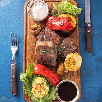 牛タン野菜のグリル。上面図。閉じる