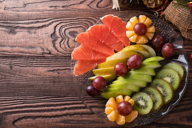 プレート上のスライスフルーツの品揃え。新鮮な果物。