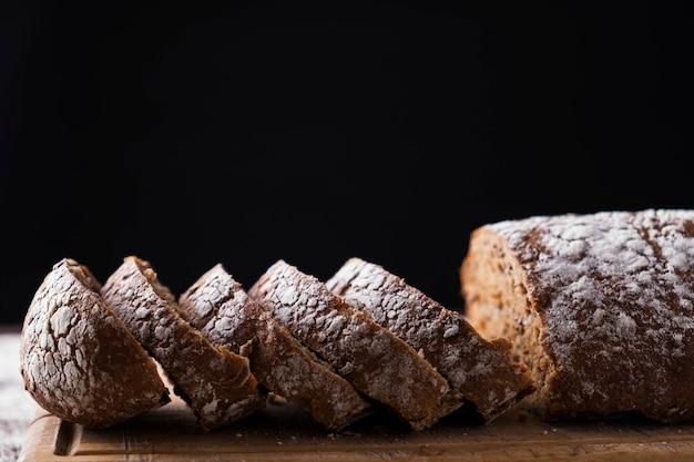 木製のテーブルで焼きたてのパン。