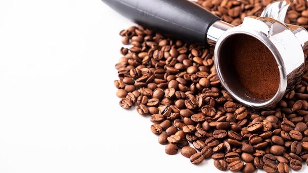 コーヒー豆とコピースペース付きコーヒーマシン用フィルターホルダー。