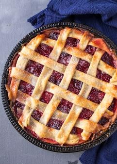 Свежий фруктовый пирог со сливой. вкусный фруктовый пирог. крупный план. вид сверху