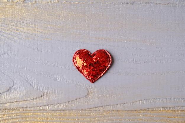赤いハートのバレンタインの日グリーティングカード。