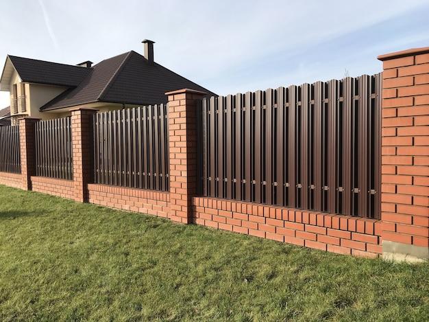 Коричневый металлический рифленый забор