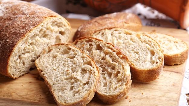 木製のまな板で焼きたてのチャバタのパン