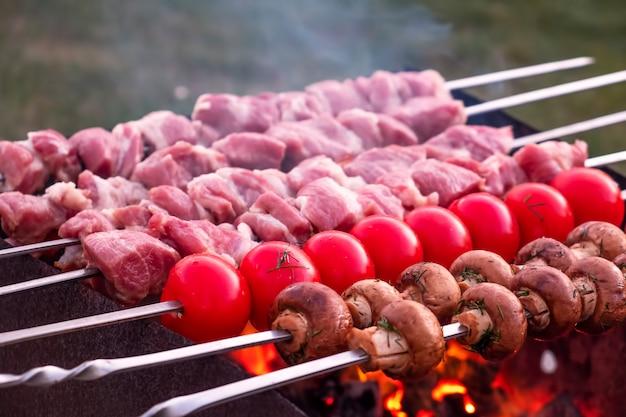 Приготовление мяса и овощей на шпажках