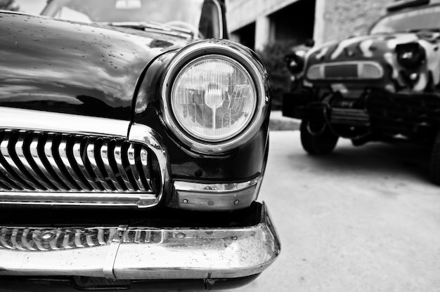Старый винтажный конец фары автомобиля вверх. черно-белое фото