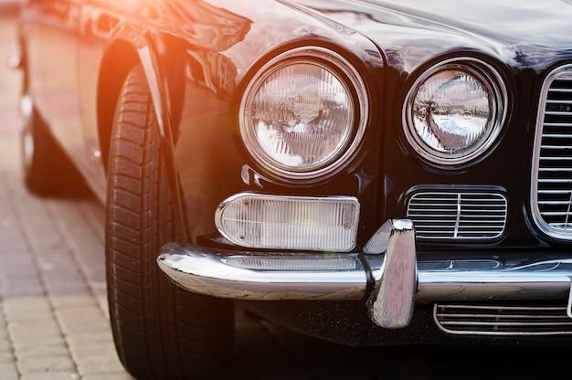 Ретро автомобильная фара. передняя часть старого винтажного автомобиля